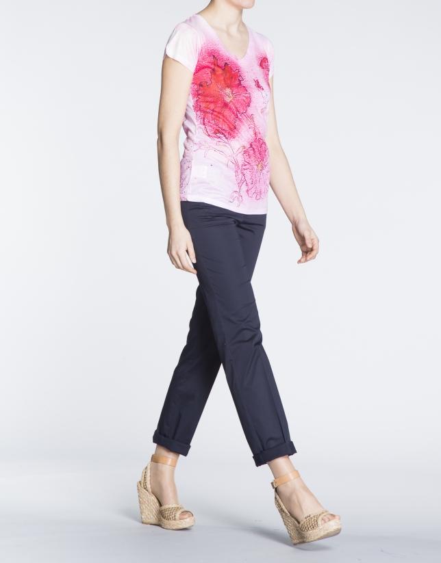 T-shirt à motif floral dans les tons rose.