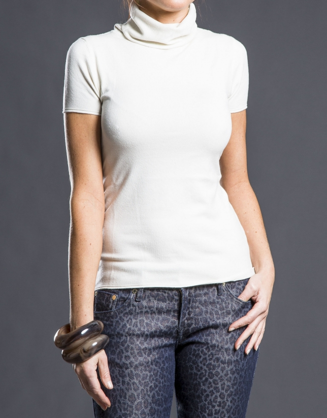 Short sleeved cream-colored sweater