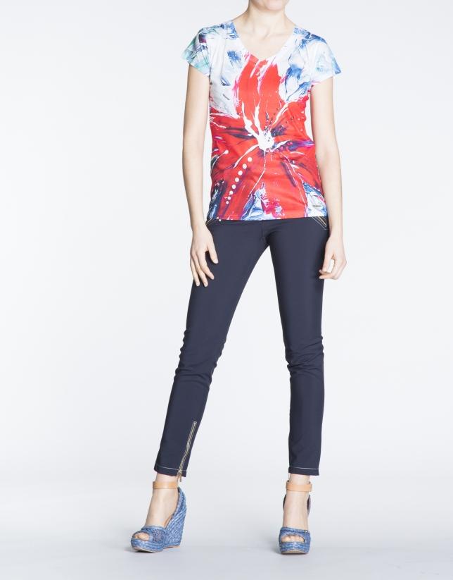 T-shirt à motif floral dans les tons rouges.