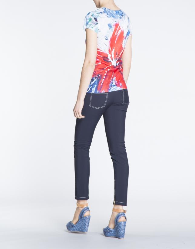 Camiseta estampado floral en tonos rojos.