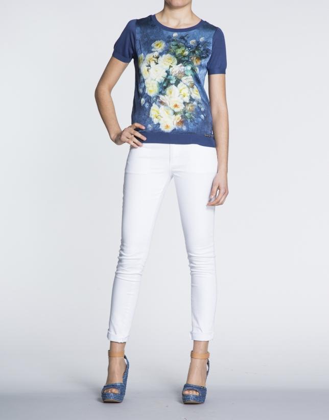 Camiseta azul Klein con estampado floral en seda.