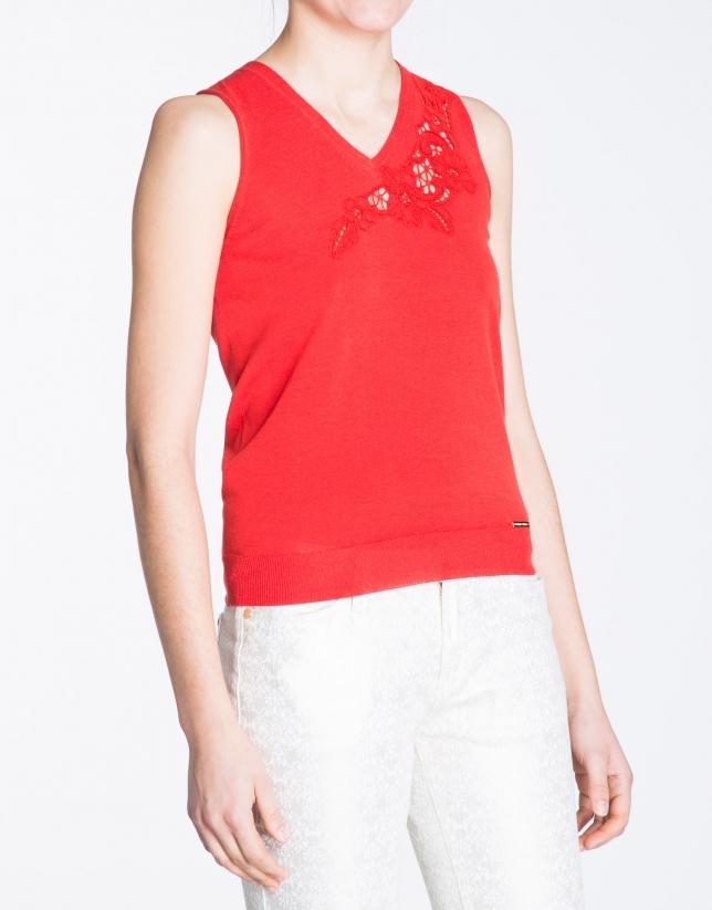Top rojo geranio cuello pico con bordado.