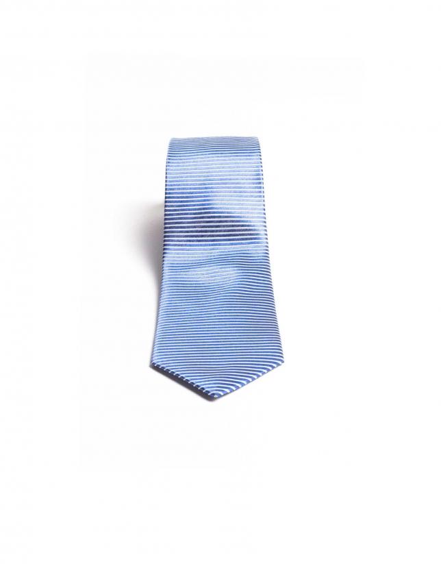Cravate à rayures dans le biais