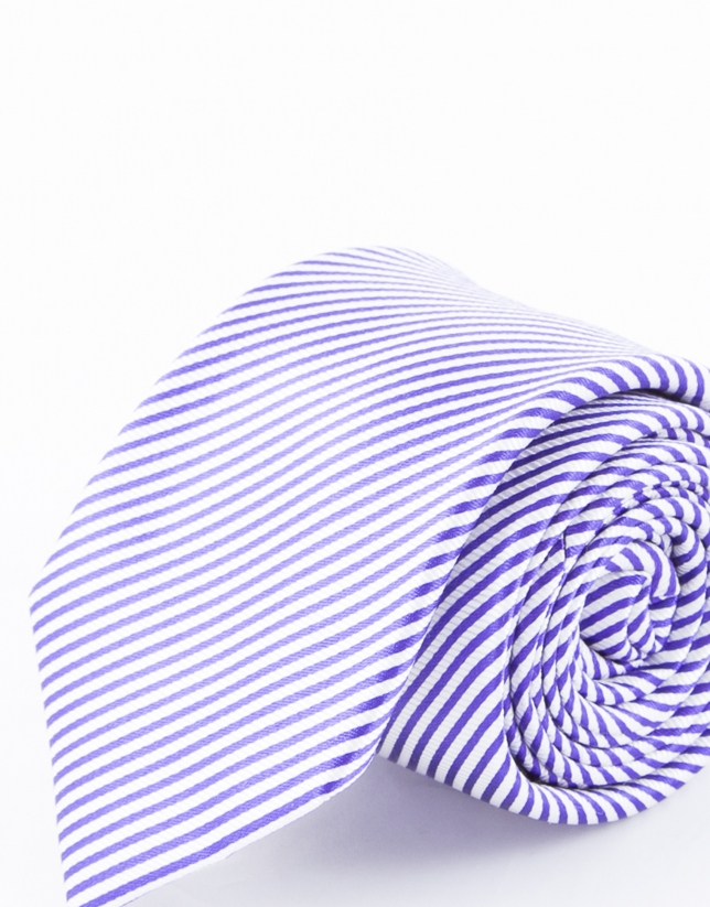 Cravate à rayures dans les tons bleus et mauves