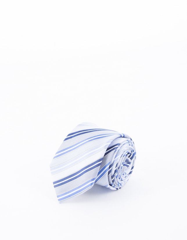 Cravate à à rayures dans les tons bleus