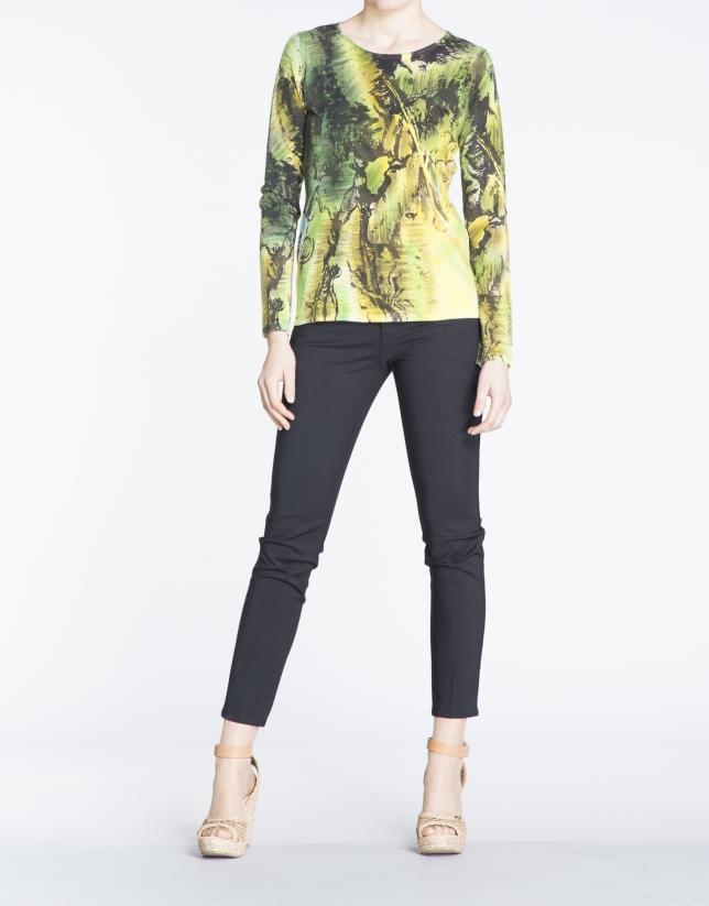 Jersey manga larga estampado a mano en verdes y amarillos.