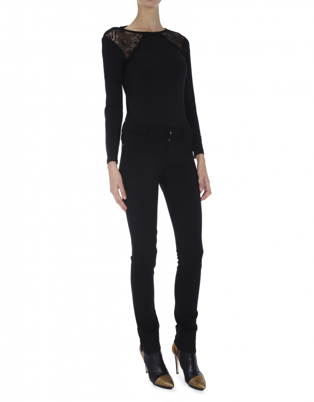 T-shirt noir à manches longues, dentelle sur les épaules