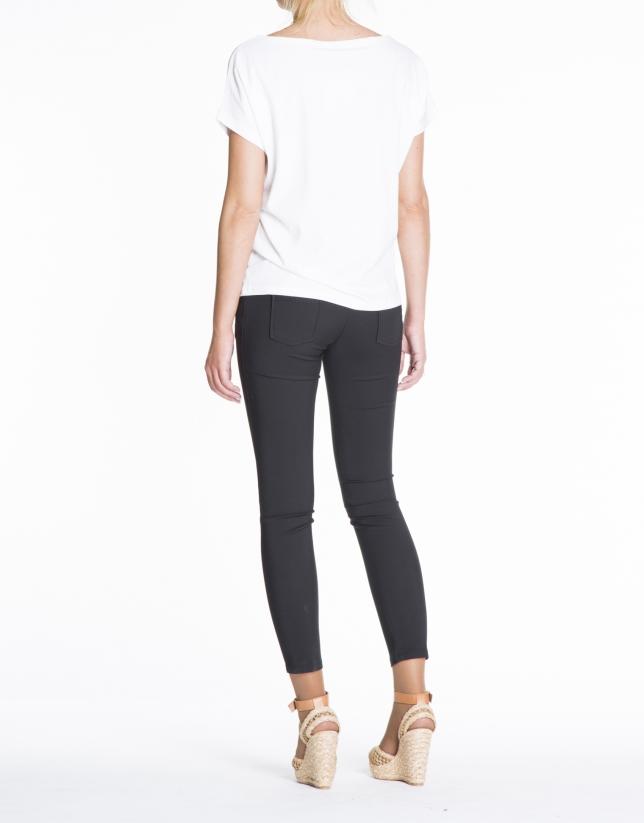 T-shirt blanc, manches chauves-souris, illustration jeune fille.