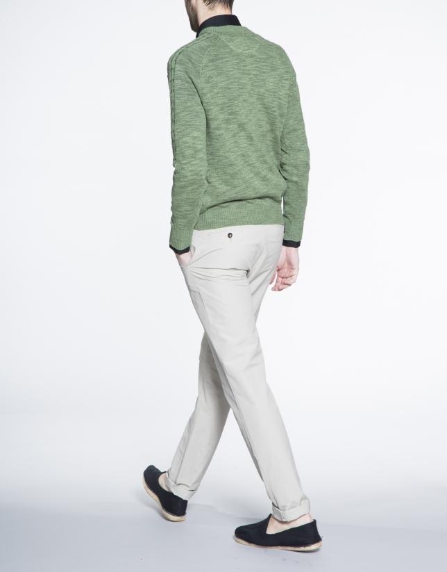 Pull vert, col V, torsades sur les manches