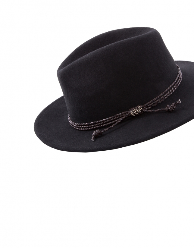 Chapeau en feutre noir.