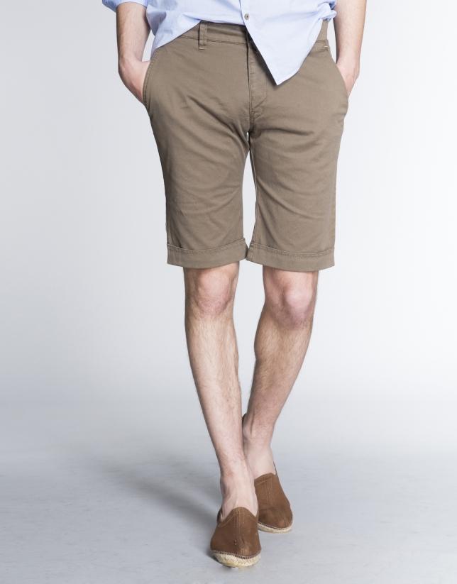Kaki Bermuda shorts with french pocket.