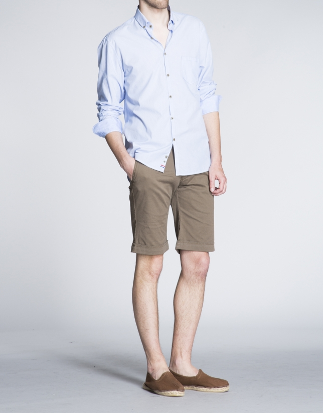 Pantalón bermuda verde kaki bolsillo francés.