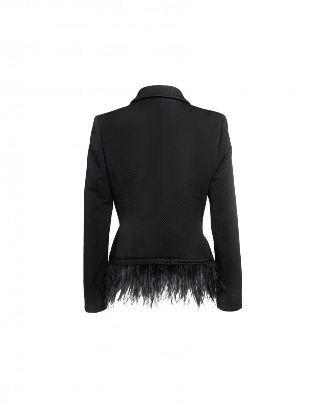 Spencer en negro con adornos de plumas