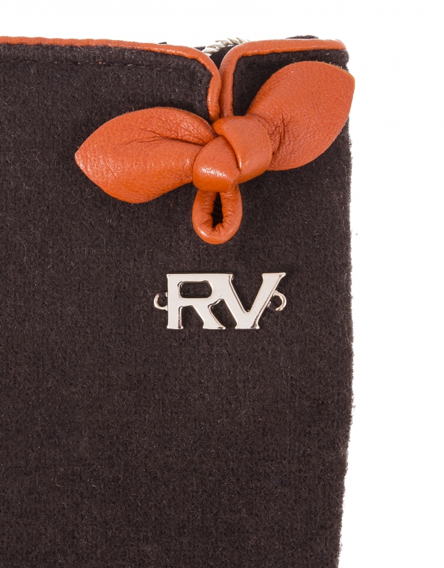Brown knit gloves.
