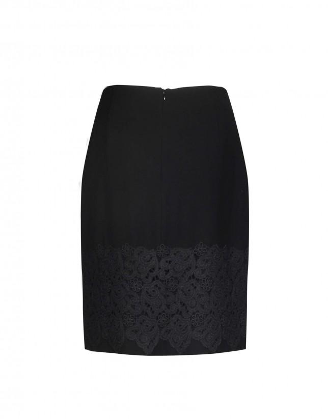 Falda recta negra con encaje