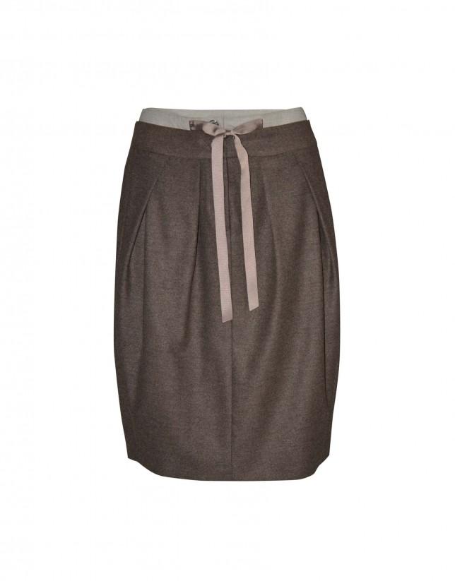 Falda marrón pliegues
