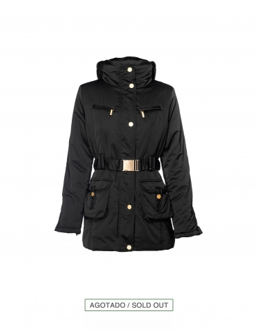 Trench con doble cuello color negro.