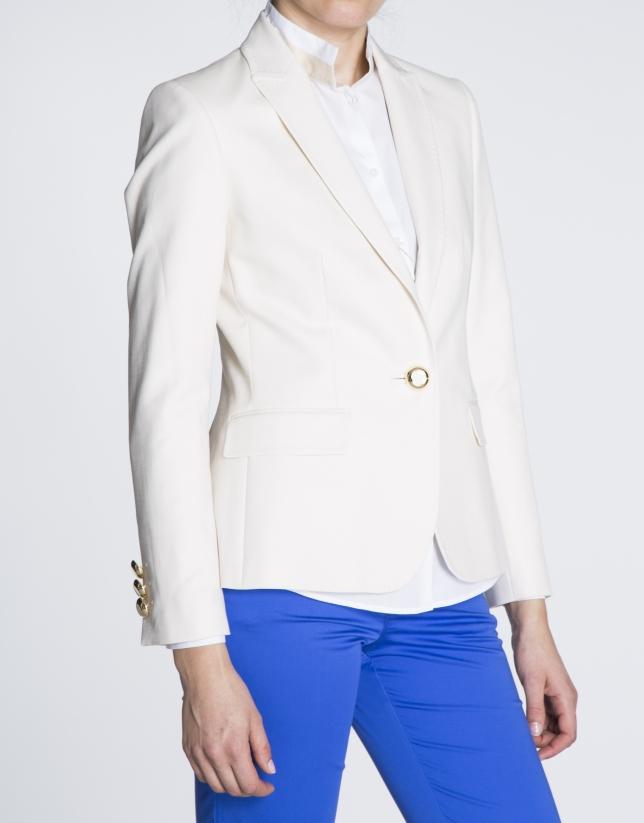 Blazer blanco roto con solapa redondeada.