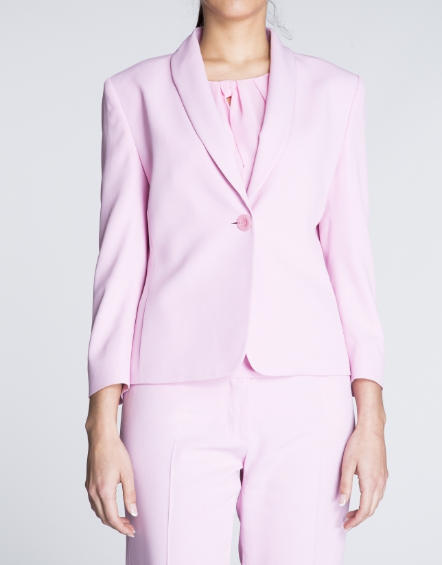 Blazer rosa cuello smoking.
