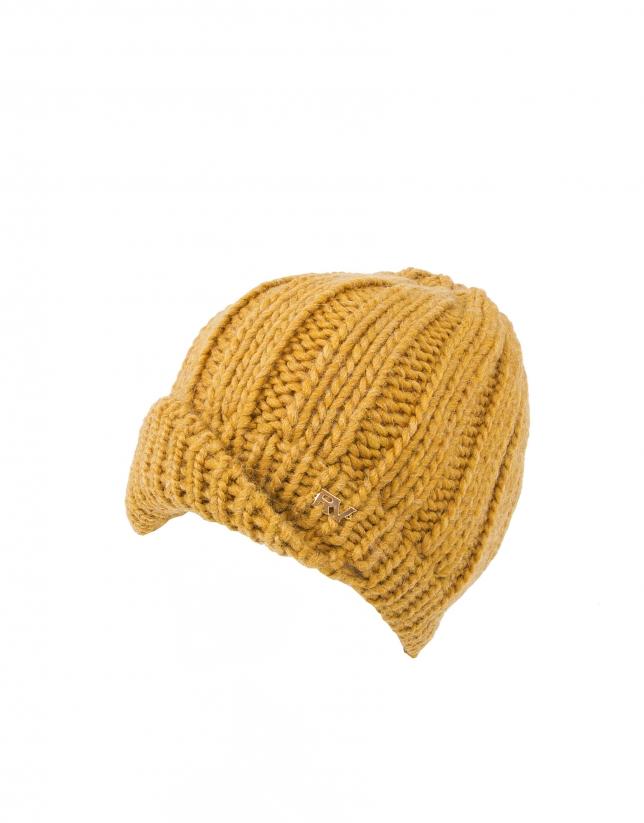 Bonnet en tricot moutarde avec visière