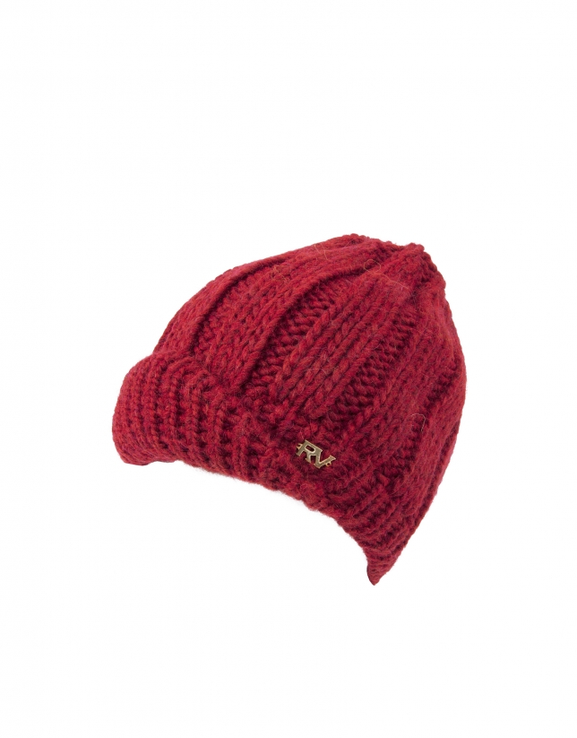 Bonnet en tricot bordeaux.