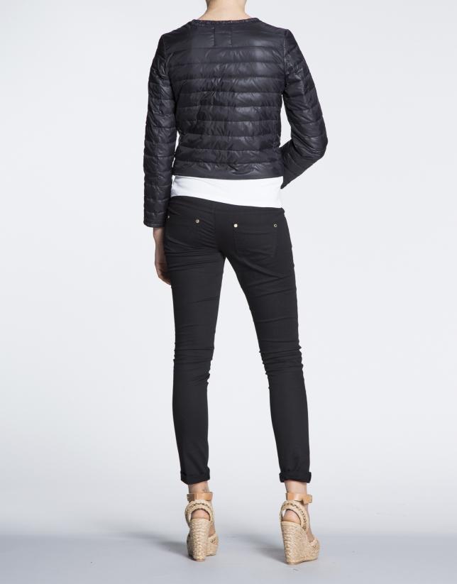 Veste courte matelassée noire.