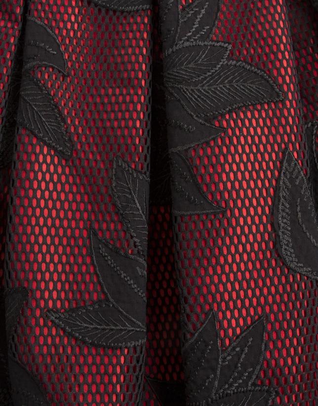 Jupe brodée en noir et rouge