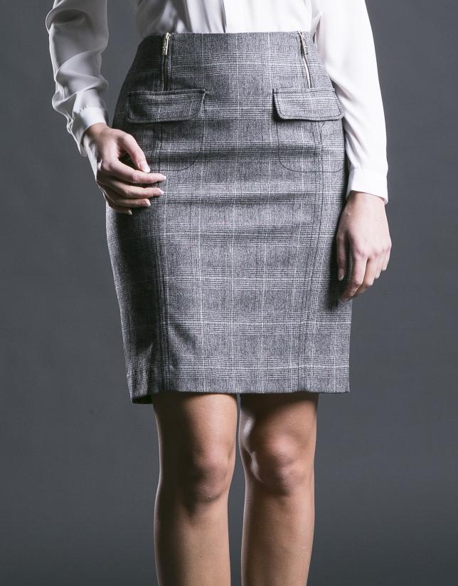 Falda recta cuadro gales en grises y rojo.