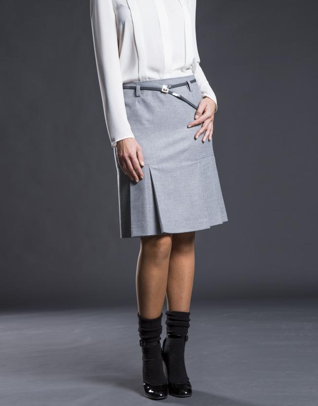 Falda gris con pliegues en bajo.