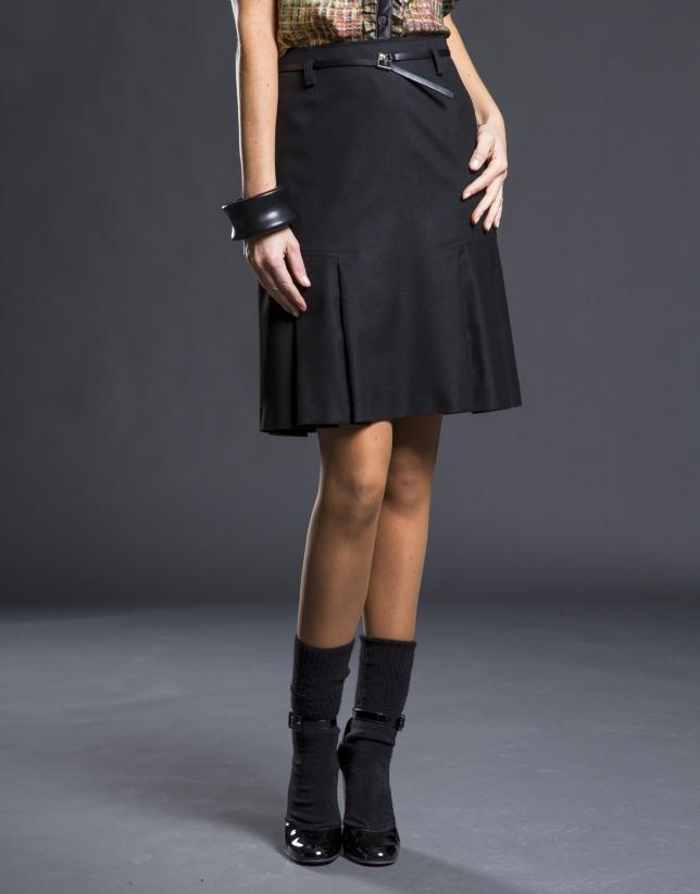 Falda negra pliegues bajo
