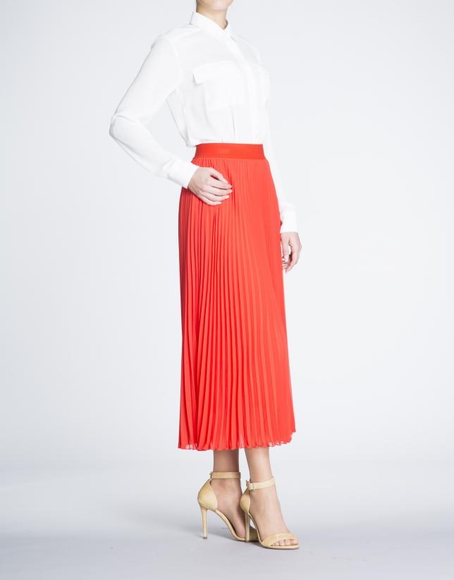 Jupe longue plissée couleur corail.