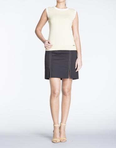 Falda recta de algodón en negro con pespuntes.