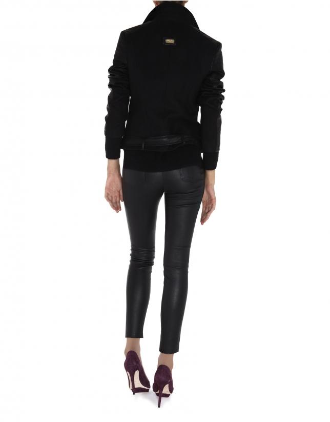 Cazadora perfecto negra, combinada tejido y cuero en mangas