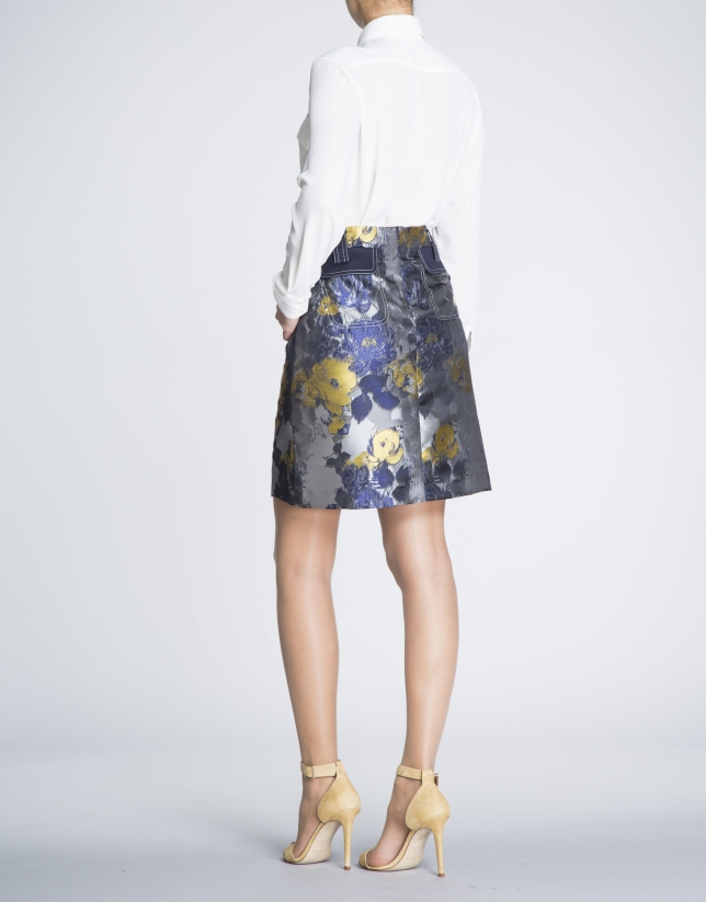 Jupe droite, motif floral avec poches sur le devant.