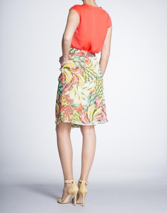 Jupe avec pli sur le devant, motif jaune/corail sur un tissu vaporeux.