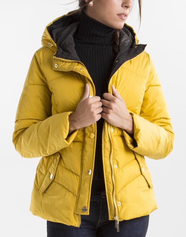Plumífero corto capucha amarillo
