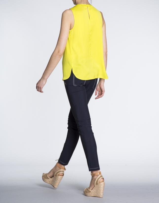 Top amarillo cuello caja y escote en V.