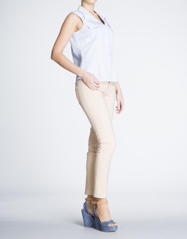 Camisa de algodón sin mangas con listas azules.