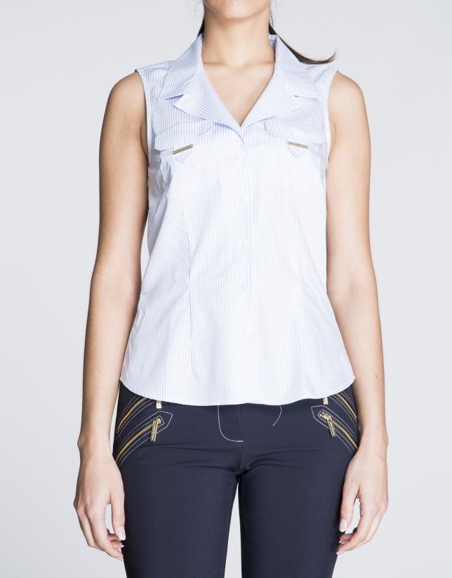 Camisa de algodón sin mangas con listas azul y blanco.