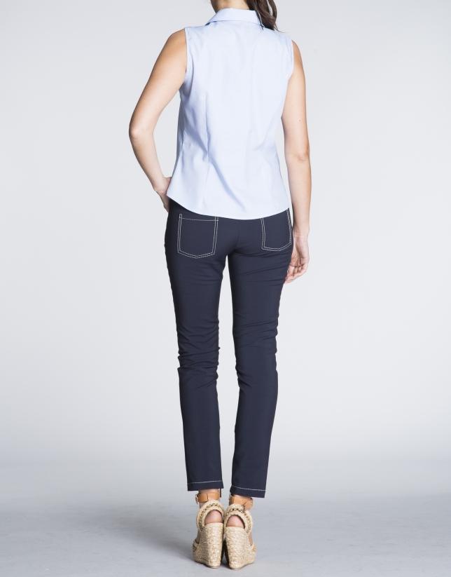 Camisa sin mangas en vichy azul y blanco.