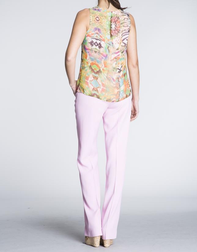 Top sin mangas estamapdo floral verdes con rosa.