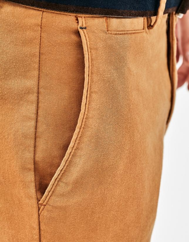 Pantalón chino dorado