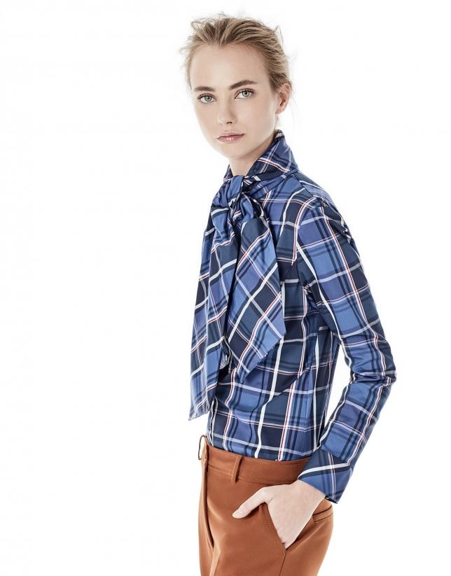 Chemise bleue à carreaux et ruban