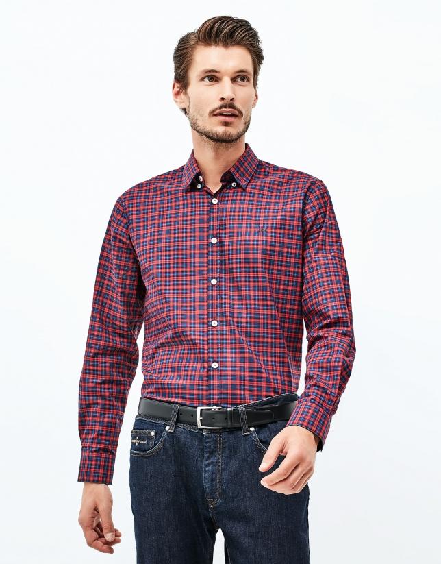 Chemise à carreaux rouges et bleus