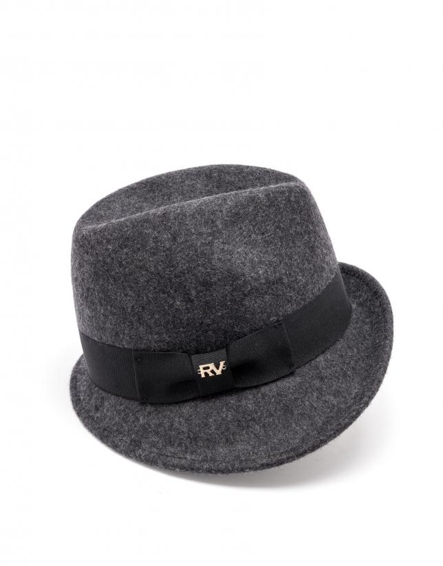Chapeau gris à aile courte