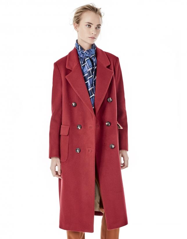 Manteau rouge à double boutonnière