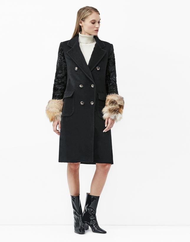 Abrigo de cuadros negro con manga de pelo