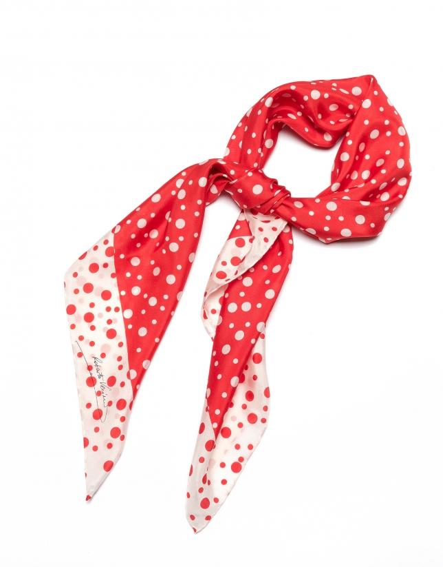 Foulard en soie rouge à pois