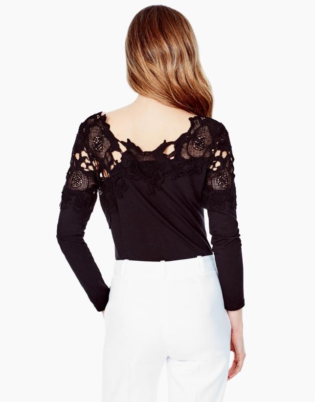 T-shirt noir en dentelle