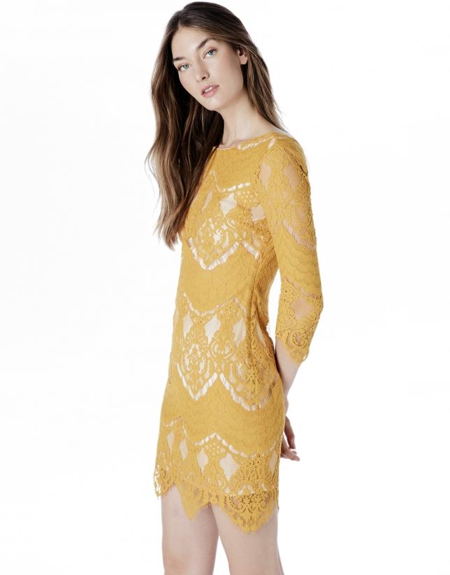 Robe couleur ambre en dentelle
